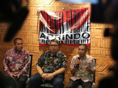 Wakil ketua Aprindo, Tutum Rahanta (kanan) memberikan keterangan kepada awak media di Jakarta, Senin (3/10). Aprindo memastikan bahwa pihaknya sudah tidak mewajibkan pembelian plastik ketika belanja di toko ritel. (Liputan6.com/Angga Yuniar)
