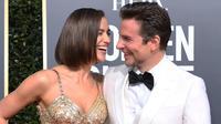 Model Rusia, Irina Shayk dan aktor Bradley Cooper tertawa saat tiba menghadiri Golden Globe Awards ke-76 di Beverly Hills, California (6/1). Irina dan Bradley mengubar kemesraan saat berjalan di karpet merah.  (AFP Photo/Valerie Macon)