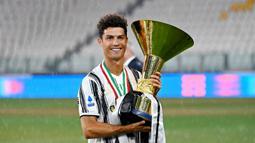 2. Cristiano Ronaldo (Sepak Bola) - Bintang Juventus ini adalah atlet dengan jumlah pengikut terbanyak di media sosial. Meliputi 200 juta di Instagram dan 85 juta di Twitter. Pendapatanya mencapai USD 105 juta (Rp 1,53 triliun). (AFP/Isabella Bonotto)