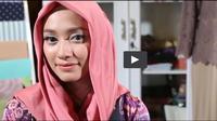 Jangan sampai foto bareng saat buka bersama tampil dengan model hijab itu-itu saja. Sontek gaya hijab satin yang santai dan romantis ini