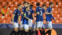 Pemain Atalanta merayakan gol yang dicetak Josip Ilicic ke gawang Valencia pada laga babak 16 besar Liga Champions 2019-2020 di Stadion Mestalla, Valencia, Rabu (11/3). Atalanta menang 4-3 atas Valencia. (AFP/POOL UEFA)