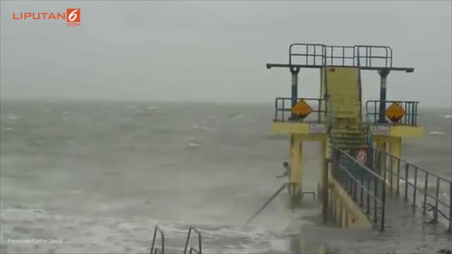 Di saat orang lain berenang di tengah badai tersebut, dua remaja ini malah memberanikan diri untuk terjun bebas dari menara setinggi 6 meter.