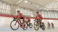Sejumlah atlet balap sepeda saat menggelar latihan di Jakarta Internasional Velodrome, Jakarta, Selasa (31/7/2018). Menpora berharap para atlet dapat berprestasi di Asian Games 2018. (Bola.com/M Iqbal Ichsan)
