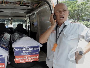 Petugas Kantor Pos mengirimkan dua peti mati ke kantor Kedutaan Besar Australia untuk Indonesia di Rasuna Said, Jakarta, Senin (9/3/2015). Peti mati tersebut kiriman Bambang Saptono asal Solo. (Liputan6.com/Andrian M Tunay)