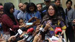 Direktur LBH Asosiasi Perempuan Indonesia untuk Keadilan (APIK), Ratna Bantara Mukti saat memberi keterangan pers terkait pelaporannya kepada Masinton Pasaribu di Mahkamah Kehormatan Dewan (MKD) DPR, Jakarta, Selasa (2/2). (Liputan6.com/JohanTallo)