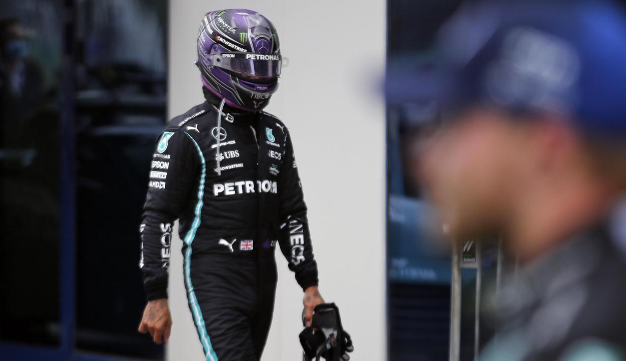Lewis Hamilton harus merelakan posisi puncak klasemen Formula One (F1) usai finish di posisi kelima GP Turki yang berlangsung di Sirkuit Istanbul Park. (AP/Pool/Umit Bektas)