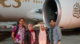 Iti Sarniti, ibunda TKI asal Majalengka bernama Tuti Tursilawati, didampingi pihak Kementerian Luar Negeri (Kemenlu) dan keluarga Eti Thoyib yang juga terancam hukuman mati mengunjungi Arab Saudi pada Mei 2018 silam. (Dok. PWNI Kemlu RI)