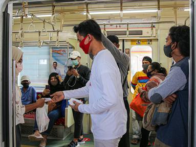 Sekelompok milenial PT KCI bernama C-Ranger membagikan masker kepada para pengguna jasa KRL di Stasiun Tanah Abang, Jakarta, Senin (17/8/2020). PT Kereta Commuter Indonesia (KCI) memperingati Hari Kemerdekaan RI dengan membagikan masker kepada para pengguna jasa KRL. (Liputan6.com/Faizal Fanani)