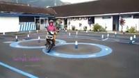 Emak-emak yang satu ini membuktikan diri, bahwa dirinya mampu mengendarai sepeda motor dengan baik saat melakukan ujian tes SIM C.
