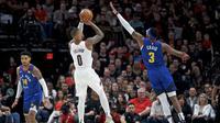 Pemain Blazers Damian Lillard melepaskan tembakan saat melawan Nuggets pada laga NBA (AP)