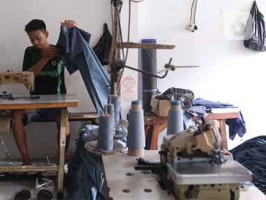 Pekerja menyelesaikan pembuatan seragam sekolah di usaha konveksi skala rumah tangga Kebayoran Lama, Jakarta, Kamis (9/7/2020). Pandemi virus corona COVID-19 berdampak pada sepinya pesanan pembuatan seragam sekolah. (Liputan6.com/Angga Yuniar)