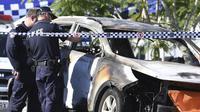 Polisi berada di tempat kejadian terbakarnya mobil yang menghanguskan seorang ibu bersama tiga anaknya. (Source: Dan Peled/AAP Image via AP)