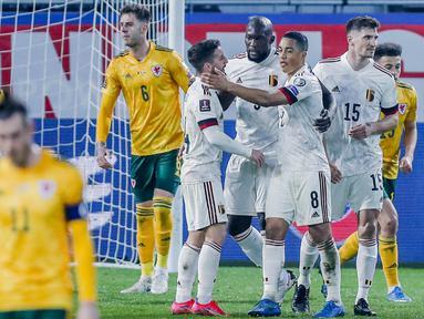 Para pemain Belgia merayakan gol yang dicetak oleh Romelu Lukaku ke gawang Wales pada laga Kualifikasi Piala Dunia 2022 di Stadion Den Dreef, Kamis (25/3/2021). Belgia menang dengan skor 3-1. (AP/Francisco Seco)