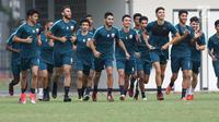 Pemain Timnas Qatar U-19 berlari jelang latihan di Lapangan A Kompleks GBK, Jakarta, Rabu (17/10). Timnas Qatar U-19 tergabuing di Grup A Piala AFC U-19 bersama Indonesia dan Chinese Taipei serta Uni Emirat Arab. (Liputan6.com/Helmi Fithriansyah)