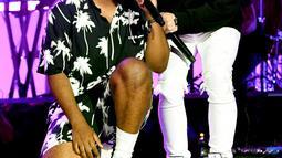 Penampilan Marshmello (kanan) bersama Khalid saat tampil dalam Coachella Music & Art Festival di Indio, California, Amerika Serikat, 14 April 2019. (KEVIN WINTER/GETTY IMAGES NORTH AMERICA/AFP)