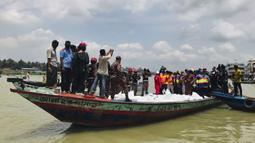 Tim penyelamat mengevakuasi jenazah korban kecelakaan kapal feri di Sungai Buriganga, Dhaka, Bangladesh, Senin (29/6/2020). Feri bernama Morning Bird tenggelam usai bertabrakan dengan kapal lain di Sungai Buriganga. (AP Photo/Al-emrun Garjon)