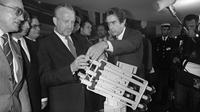 Jean-Luc Lagardere menunjukkan model rudal kepada Menteri Pertahanan Prancis Charles Hernu, November 1983. (AFP/Dominique Faget)