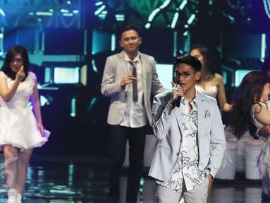 Aksi panggung Afgan saat tampil pada malam puncak perayaan HUT 26 SCTV di Istora Senayan, Jakarta, Rabu (24/8). Malam itu, Afgan membawakan lagunya yang berjudul 'Kunci Hati'. (Liputan6.com/Herman Zakharia)