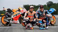 Pebalap Repsol Honda, Marc Marquez, menyimbang keinginan untuk berada satu tim dengan Alex Marquez yang tak lain merupakan adik kandungnya di MotoGP. (Redbull.com)