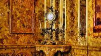 Ruang Amber merupakan hadiah dari raja Fredrick Wihelm I dari Prussia kepada Kaisar Rusia Peter Agung, dipasangkan di Istana Catherinae pada abad ke-18 (News.com.au).