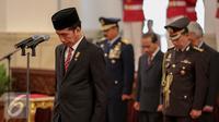 Presiden Joko Widodo saat mengikuti penganugrahan gelar pahlawan nasional kepada lima tokoh di Istana Negara, Jakarta, Kamis (5/11). Penganugerahan ini merupakan agenda rutin jelang Hari Pahlawan tiap 10 November. (Liputan6.com/Faizal Fanani)