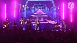 Penampilan Svmmerdose berkolaborasi dengan Bam Mastro saat konser perdana di The Pallas SCBD, Jakarta, Sabtu (15/2/2020). Band Svmmerdose menggelar konser perdananya yang bertajuk Don't Fall In Love With Me dengan membawakan lagu seperti Stockholm, Got It All. (Liputan6.com/Herman Zakharia)
