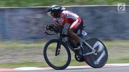 Atlet ParaCycling, Anwar Saipul saat laga di nomor Mens C3 Individual Time Trial Road Race Asian Para Games 2018 di Sirkuit Sentul, Bogor, Senin (8/10). Anwar Saipul berhasil merebut medali perak. (Liputan6.com/Helmi Fithriansyah)