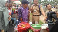 Bambang saat mendapat pemeriksaan petugas. (Liputan6.com/Muslim AR)