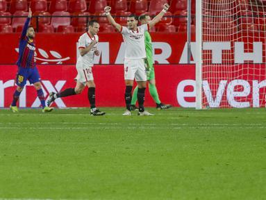 Pemain Sevilla, Ivan Rakitic, melakukan selebrasi usai mencetak gol ke gawang Barcelona pada laga leg pertama semifinal Copa del Rey di Estadio Ramon Sanchez Pizjuan, Kamis (11/2/2021). Barcelona tumbang dengan skor 2-0. (AP/Angel Fernandez)