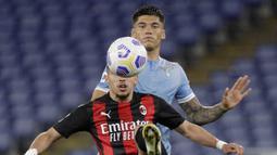 Gelandang AC Milan, Ismael Bennacer (depan) mengontrol bola dibayangi Lazio, Joaquin Correa dalam laga lanjutan Liga Italia 2020/2021 pekan ke-33 di Olimpico Stadium, Roma, Senin (26/4/2021). AC Milan kalah 0-3 dari Lazio. (AP/Gregorio Borgia)