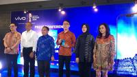 Eddy Kusuma (keempat dari kiri), Brand Manager Vivo Indonesia, dalam konferensi pers pra peluncuran Vivo V9 di Jakarta. Liputan6.com/Andina Librianty