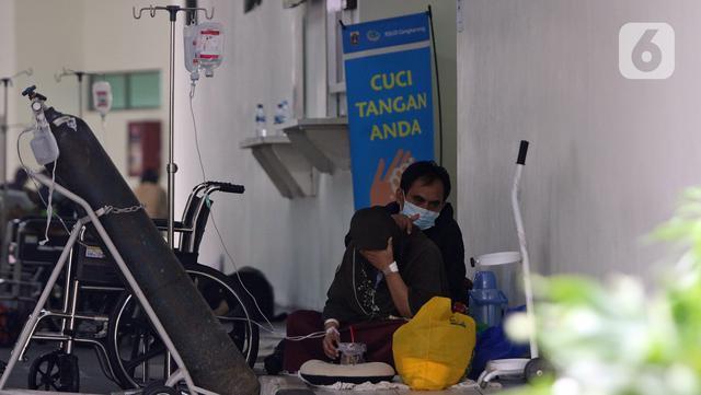 Pasien dirawat di IGD RSUD Cengkareng, Jakarta, Rabu (23/6/2021). Meningkatnya kasus COVID-19 di Jakarta membuat pasien harus mengantre di luar IGD untuk mendapatkan tempat perawatan. (Liputan6.com/Herman Zakharia)