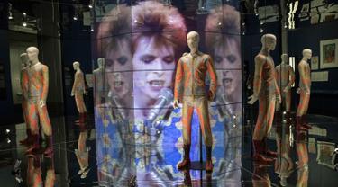 """Sebuah manekin mengenakan pakaian yang dirancang oleh Freddie Burretti dipamerkan dalam pameran """"David Bowie"""" di Museum Brooklyn (28/2). Pameran ini dibuka untuk umum pada 2 Maret hingga 15 Juli. (AP Photo / Mary Altaffer)"""