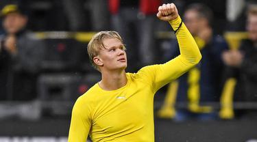 Striker Borussia Dortmund, Erling Haaland, melakukan selebrasi usai mencetak gol ke gawang Freiburg pada laga Bundesliga di Signal Iduna Park, Sabtu (3/10/2020). Dortmund menang dengan skor 4-0. (AP Photo/Martin Meissner)