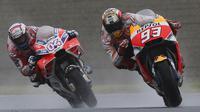 Pebalap Ducati, Andrea Dovizioso dan pebalap Repsol Honda, Marc Marquez, saat balapan MotoGP Jepang di Sirkuit Motegi, Minggu (15/10/2017). Andrea Dovizoso menyelesaikan balapan dengan catatan waktu 47 menit 14,236 detik. (AP/Shizuo Kambayashi)