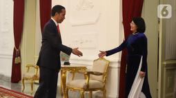 Presiden Joko Widodo atau Jokowi (kiri) saat menerima kunjungan Wakil Presiden Vietnam Dang Thi Ngoc Thinh di Istana Merdeka, Jakarta, Minggu (20/10/2019). Jokowi bertemu wakil presiden negara sahabat usai dilantik menjadi Presiden RI periode 2019-2024. (Liputan6.com/Angga Yuniar)