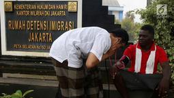 Seorang pencari suaka diperiksa kesehatannya di trotoar depan Rumah Detensi Imigrasi Kalideres, Jakarta, Jumat (19/1). Selama 17 minggu, sebanyak 57 WNA tinggal di trotoar karena ruangan Rumah Detensi Imigrasi tersebut penuh. (Liputan6.com/JohanTallo)