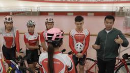 Menpora RI, Imam Nahrawi, memberi arahan kepada atlet saat meninjau venue balap sepeda di Jakarta Internasional Velodrome, Jakarta, Selasa (31/7/2018). Menpora berharap para atlet dapat berprestasi di Asian Games 2018. (Bola.com/M Iqbal Ichsan)