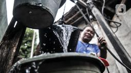 Warga menggunakan sumur timba untuk keperluan mandi, cuci, dan kakus (MCK) di kawasan Sukapura, Cilincing, Jakarta, Senin (22/3/2021). Sumur timba menjadi sumber air utama untuk keperluan MCK walau jaringan pompa listrik dan PAM sudah tersedia. (merdeka.com/Iqbal S. Nugroho)