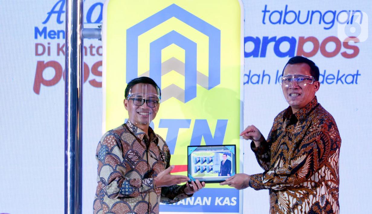 Direktur Utama PT Bank Tabungan Negara Haru Koesmahargyo (kanan) dan Direktur Utama PT Pos Indonesia Faizal R. Djoemadi menunjukkan papan tanda layanan e'BataraPos di Kantor Pos, Rabu (30/06/2021). Bank BTN dan Pos Indonesia bergandengan tangan meluncurkan e'BataraPos. (Liputan6.com/HO/BTN)
