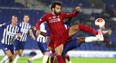 Gelandang Liverpool, Mohamed Salah, mengontrol bola saat menghadapi Brighton pada laga lanjutan Premier League pekan ke-34 di Stadion Falmer, Kamis (9/7/2020) dini hari WIB. Liverpool menang 3-1 atas Brighton. (AFP/Catherine Ivill/pool)
