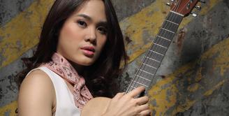 Sejak usia delapan tahun Sheryl Sheinafia sudah bisa memainkan gitar. Usia 14 tahun, ia mulai meramaikan industri musik Tanah Air. Bahkan, membawakan lagu ciptaannya sendiri. (Adrian Putra/Bintang.com)
