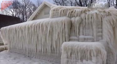 Namun, warga sempat mengelak untuk mempercayai 'rumah es' ini. Mereka mengira rumah ini disemprot busa untuk menciptakan sensasi.