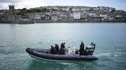 Polisi berpatroli jelang KTT G7 yang berlangsung di Teluk Carbis di St. Ives, Cornwall, Inggris, Senin (7/6/2021). Ribuan polisi tambahan mulai berdatangan di Devon dan Cornwall menjelang KTT G7 pada 11-13 Juni. (Aaron Chown/PA via AP)