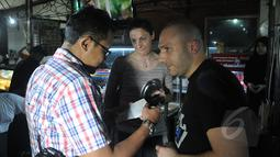 Petugas Imigrasi saat melakukan razia dokumen bagi para Warga Negara Asing (WNA) di Jalan Jaksa, Jakarta, Selasa (5/5/2015). Pada razia itu pihak Imigrasi mengamankan sebanyak lima WNA yang tidak memiliki kelengkapan dokumen. (Liputan6.com/Johan Tallo)