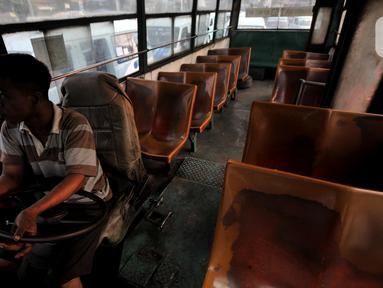 Hendri (45) sopir tembak Metromini 53 saat mencari penumpang di kawasan Otista, Jakarta, Selasa (12/11/2019). Jam hampir menunjukkan pukul 16.00, namun kursi-kursi belum juga terisi oleh 'penyewa', istilah sopir dalam menyebut penumpang. (merdeka.com/Iqbal Nugroho)