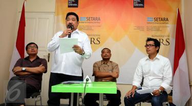 Ketua SETARA Institute, Hendardi (kedua kiri) membaca petisi bersama tokoh dan masyarakat sipil untuk perdamaian di Jakarta, Selasa (1/11). Seruan berisi ajakan menjaga Pemilihan Kepala Daerah (Pilkada) berlangsung damai. (Liputan6.com/Helmi Fithriansyah)