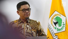 Ketua DPP Partai Golkar Ace Hasan Syadzily memberi keterangan pers terkait pemberhentian dan pengisian jabatan di Jakarta, Selasa (19/3). Erwin Aksa diberhentikan dari Ketua Bidang Koperasi dan UKM DPP Partai Golkar.(Www.sulawesita.com)