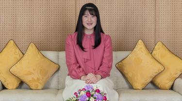 Putri Aiko, yang merayakan ulang tahunnya yang ke-18 pada tanggal 1 Desember 2019 tersenyum saat foto di kediamannya di Tokyo, Jepang, (25/11/2019). Putri Aiko adalah anak tunggal dari Kaisar Naruhito dan Permaisuri Masako. (Imperial Household Agency of Japan via AP)