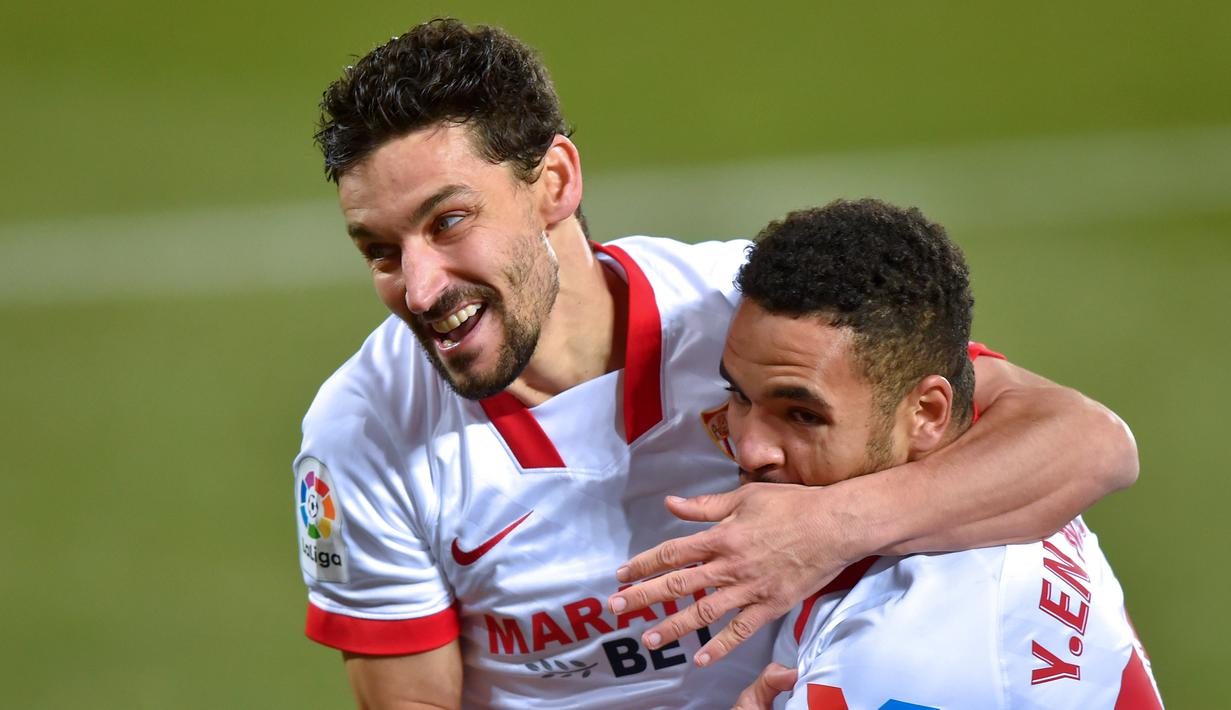 Penyerang Sevilla, Youssef En-Nesyri, merayakan gol yang dicetak ke gawang Alaves pada laga lanjutan Liga Spanyol di Stadion Mendizorrotza, Rabu (20/1/2021) dini hari WIB. Sevilla menang 2-1 atas Alaves. (AFP/Ander Gillenea)
